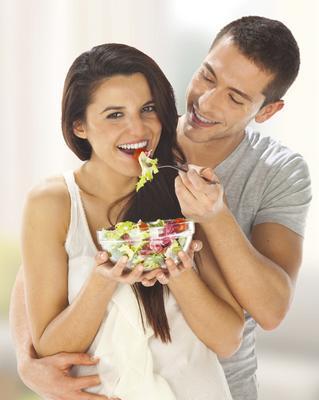 Φαίνεται πως η μάχη των φύλων υπάρχει και στη δίαιτα με νικητές του άντρες. Και μπορεί η τεστοστερόνη που βρίσκεται σε μεγαλύτερη συγκέντρωση στους άντρες να τους βοηθά να χάνουν βάρος πιο γρήγορα, δε