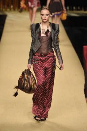 Ο οίκος Louis Vuitton προτείνει  το παντελόνια πιτζάμας ως το απόλυτο  κομμάτι μόδας για όλες σου τις εμφανίσεις