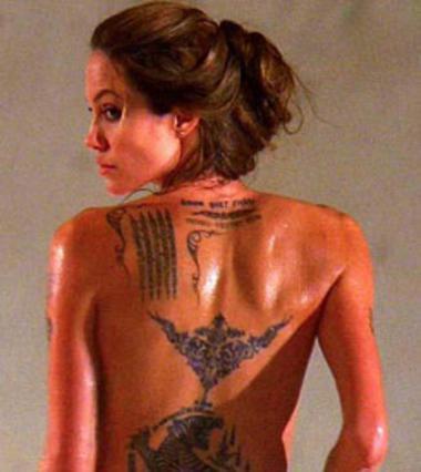 Αν και είναι γεμάτη τατουάζ, δεν έχει χάσει καθόλου από τη θηλυκότητά της! Και μαμά των έξι και πάρα πολύ σέξι!