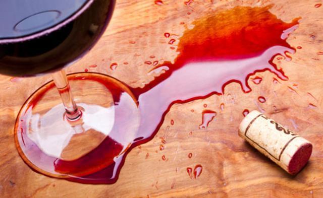 Αν πέσει κόκκινο κρασί στο τραπεζομάντιλο μην βιαστείς να το πετάξεις!