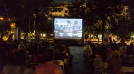 Η γεμάτη ζωή πλατεία Μεσολογγίου σιωπά μπροστά στις αφηγήσεις της «Λεωφόρου Μηδέν»