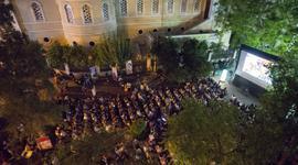 Μυστήριο και ερωτισμός κατακλύζει την Πλατεία Αγίας Ειρήνης