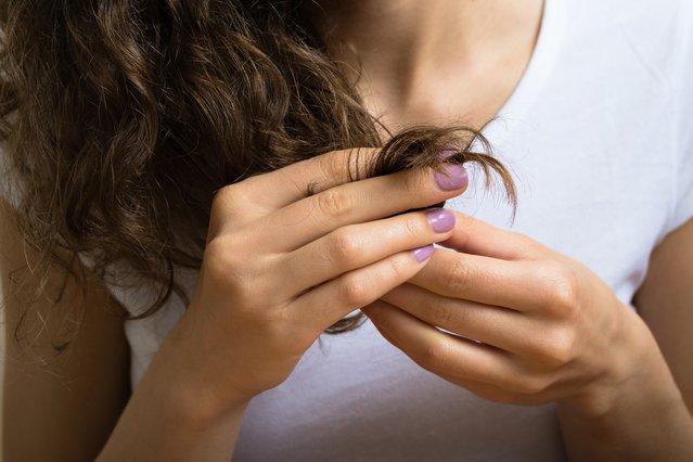 Η λύση για τα ξεθωριασμένα μαλλιά με ψαλίδα
