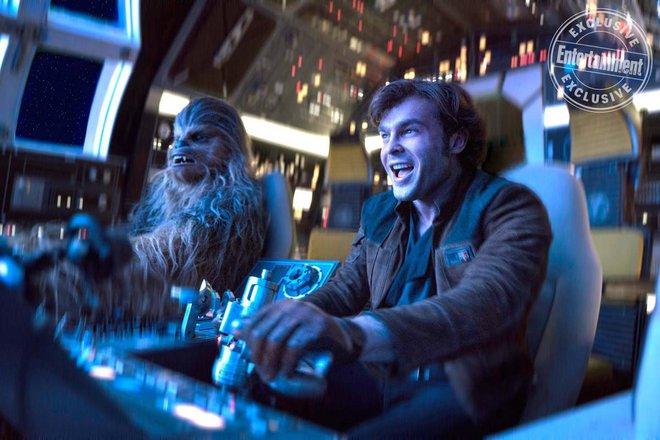 «Όταν ο Χαν γνώρισε τον Τσούι»: Νέες φωτογραφίες από το «Solo: A Star Wars Story»