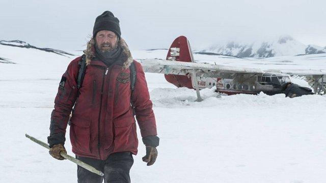 Ο Μαντς Μίκελσεν δίνει αγώνα ζωής στην «Αρκτική»
