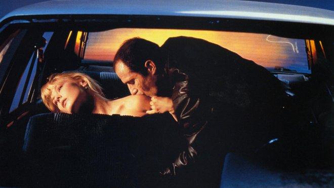 Crash (1996), του Ντέιβιντ Κρόνενμπεργκ.  Σε ιδιαίτερο φετιχιστικό σύμπαν τοποθετεί ο Κρόνενμπεργκ το «Crash», με τους LA Times να γράφουν πως «η ταινία είναι αποκομμένη από οποιαδήποτε συναίσθημα σαν