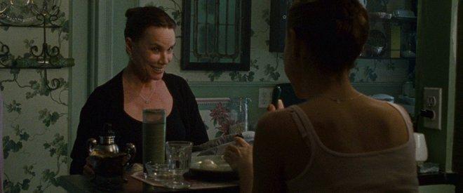 Μαύρος Κύκνος (2010) του Ντάρεν Αρονόφσκι «Είσαι το γλυκό κορίτσι μου», επαναλαμβάνει ξανά και ξανά η Μπάρμπαρα Χέρσεϊ στη Νάταλι Πόρτμαν.  Η δεσποτική μητέρα περιβάλει τη φιλόδοξη μπαλαρίνα με παλ χρ
