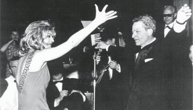 Η Μελίνα Μερκούρη με τον Ζιλ Ντασέν στις Κάννες για το «Ποτέ την Κυριακή», το 1960