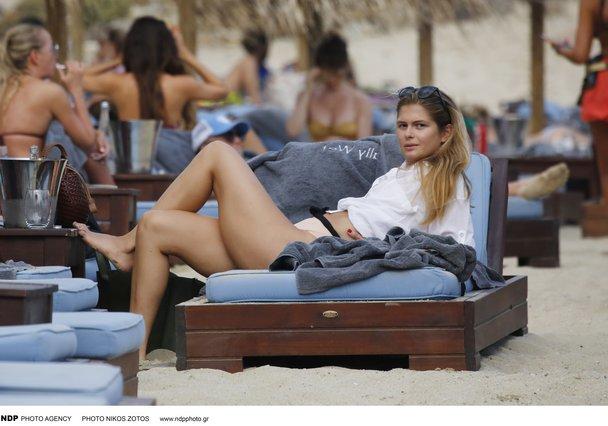 Η Αμαλία Κωστοπούλου με την παρέα της στη Μύκονο [photos]
