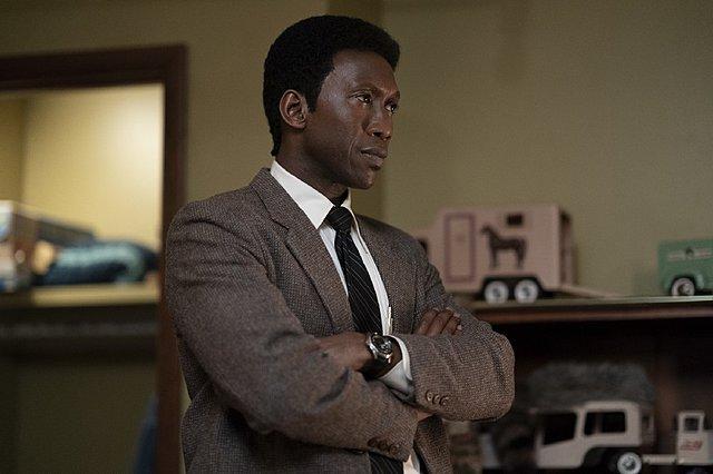 Μία ανεξιχνίαστη υπόθεση από το παρελθόν στοιχειώνει τον Μαχερσάλα Άλι στο νέο τρέιλερ «True Detective»