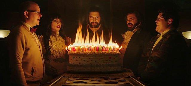 Πόσα κεριά σβήνει ένας βρικόλακας στα γενέθλιά του; Το ανατρεπτικό «What We Do in the Shadows» έρχεται