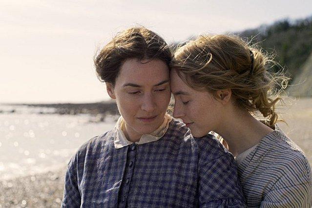 «Ammonite»: Κέιτ Γουίνσλετ και Σίρσα Ρόναν ζουν ένα έρωτά που προκαλεί αντιδράσεις