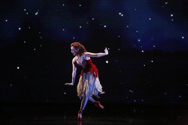 Απόψε, φορέστε τα «Κόκκινα Παπούτσια» και βυθιστείτε σε έναν παροξυσμό χρώματος, μουσικής και κινηματογραφικής μαγείας
