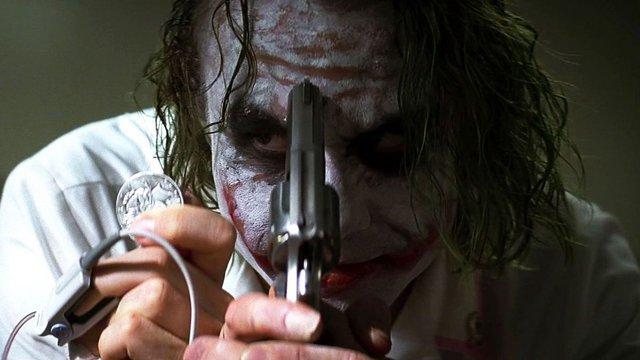 «Ο Σκοτεινός Ιππότης» (The Dark Knight, 2008) του Κρίστοφερ Νόλαν  Ένα γειωμένο ψυχογράφημα που άλλαξε για πάντα τον τρόπο με τον οποίο το κοινό αξιολογεί τις ταινίες κόμικ. Χωρίς να ξεχνά την ψυχαγωγ
