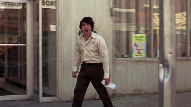 «Σκυλίσια Μέρα» (Dog day Afternoon, 1975) του Σίντνεϊ Λιουμέτ  Ο αντιήρωας ως αντικείμενο λατρείας, ο εγκληματίας που πείθει τη μάζα πως οι πράξεις του είναι πράξεις αντίστασης προς τη μεγάλη εικόνα π