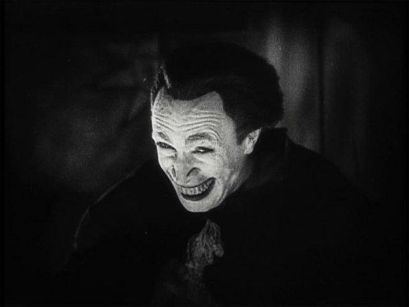 «The Man Who Laughs» (1928) του Πολ Λένι  Η αρχή όλων, όχι μόνο για τον συγκεκριμένο «Τζόκερ» αλλά για τη δημιουργία του ήρωα από τους σχεδιαστές του κόμικ που είδαν στην ταινία του Πολ Λένι, μια από