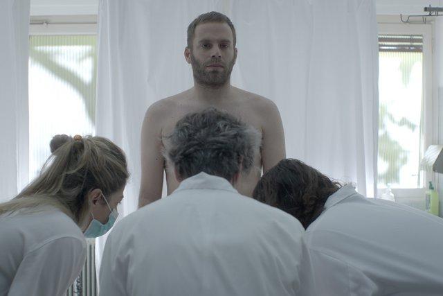 «Δε Θέλω να Γίνω Δυσάρεστος, Αλλά Πρέπει να Μιλήσουμε για Κάτι Πολύ Σοβαρό»: Τρέιλερ για τη νέα ταινία του Γιώργου Γεωργόπουλου