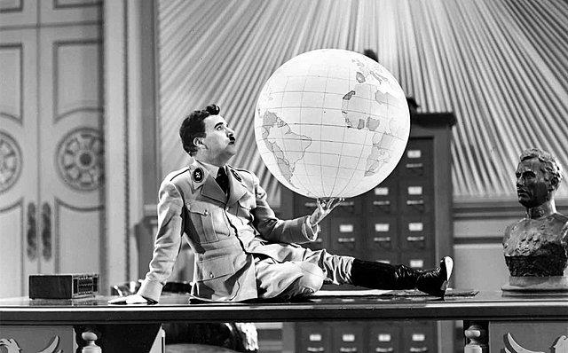«Ο Μεγάλος Δικτάτορας», η κατά πολλούς κορυφαία στιγμή του Τσάρλι Τσάπλιν, συμπληρώνει σήμερα 79 χρόνια ζωής