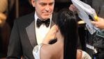 Ο Κλούνεϊ και η πλάτη της Σάντρα Μπούλοκ, το καλύτερο σημείο της εμφάνισής της στο χαλί.