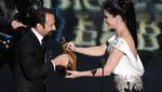 Η Σάντρα Μπούλοκ δίνει το βραβείο καλύτερης ξένης ταινίας στον Ασγκάρ Φαραντί