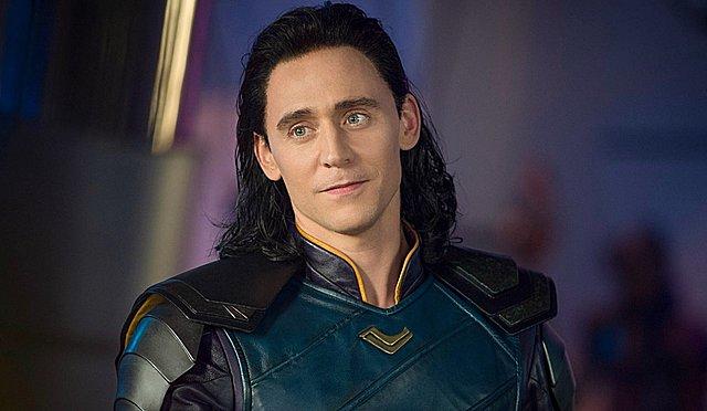 Κάθε κατεργάρης στον (τηλεοπτικό) πάγκο του! Ο Τομ Χίντλστον επιστρέφει ως «Loki» στα '70s