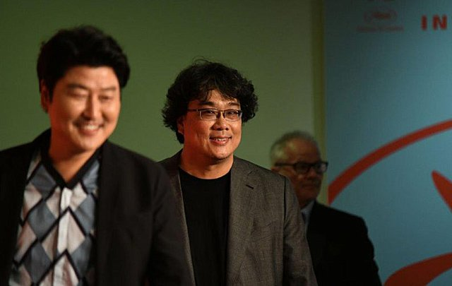 Ο Μπονγκ Τζουν-χο περιγράφει τα τηλεοπτικά «Παράσιτα» ως επέκταση της ταινίας του