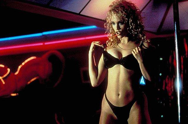 Το «You Don't Nomi» χρονογραφεί την πορεία του «Showgirls» από το trash στο cult μέχρι να πεις «Βερσέις»