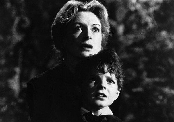 «Ο άνεμος ήταν που έσβησε το κερί»: Γιατί το «The Innocents» παραμένει η καλύτερη ταινία τρόμου όλων των εποχών