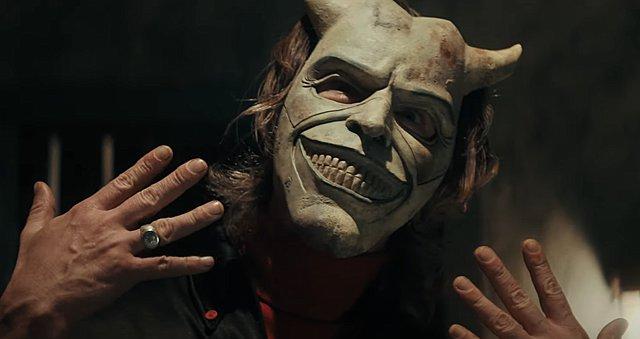Ο Ίθαν Χοκ είναι ένας τρομακτικός ταχυδακτυλουργός στο πρώτο τρέιλερ του «The Black Phone»